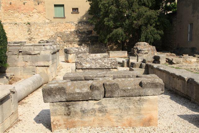 Sarcophages gallo-romains dans le déambulatoire de l'ancien choeur