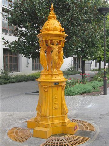 Fontaine Wallace jaune sur l'esplanade Vidal Naquet (13ème arrondissement)