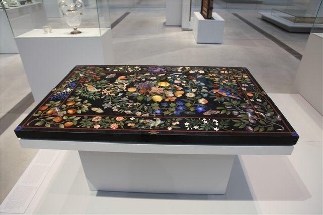 Plateau de table à décor floral en pierres dures (Florence 1668)