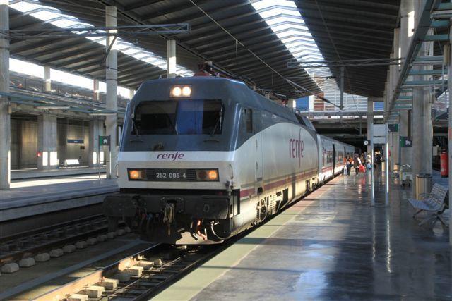 Locomotive série 252 AVE en tête d'un train Talgo à destination de Grenade (Cordoue, le 3 décembre 2014)