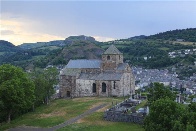 L'église de Bredons et, en arrière plan, le village de Murat