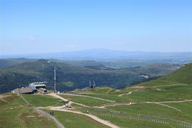 La gare supérieure du téléphérique du Lioran et, au fond, le Puy Mary