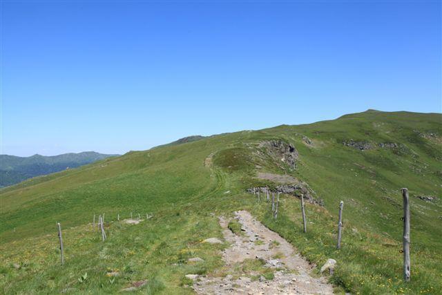 Le GR 400 arrive au col de Chèvre; à droite, le Puy de la Cède (1 766 m)