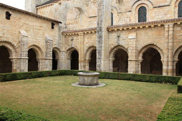 Le cloître roman de l'abbaye de Nieul sur Autise