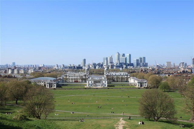 Vue prise depuis l'Observatoire de Greenwich : le parc royal de Greenwich, le musée maritime et, en arrière plan, les buildings de Canary Warf