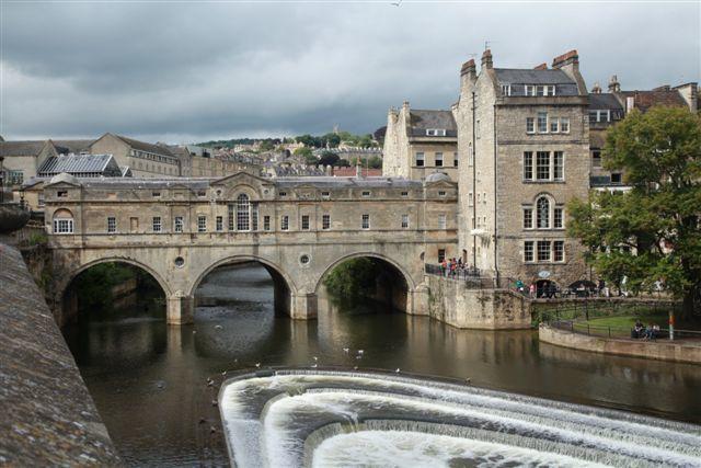 Le Pulteney Bridge (18ème siècle) sur la rivière Avon.