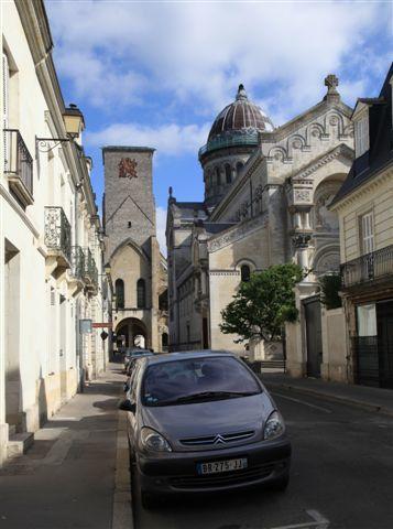 Basilique Saint-Martin (à droite) et la tour Charlemagne (au fond)