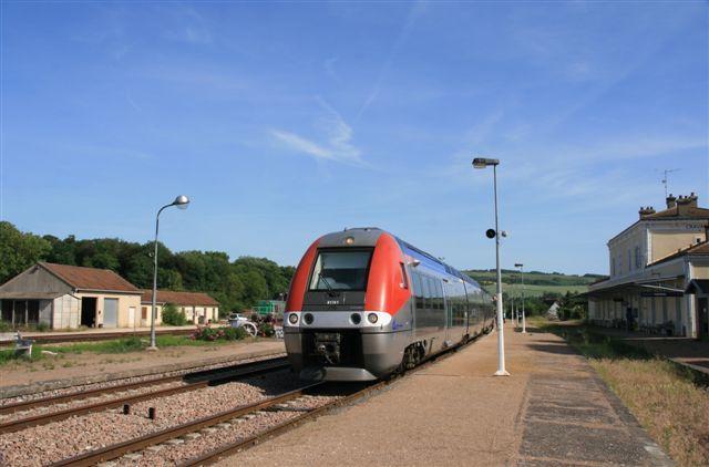 Cravant Bazarnes : BGC n°81761 assurant un train Paris - Clamecy (23 mai 2011)