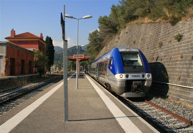 Peille : AGC X 76625 assurant un TER à destination de Nice (26 juillet 2012)