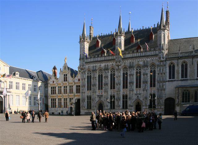 De gauche à droite, le palais du Franc de Bruges, l'Ancien Greffe et l'Hôtel de Ville (Stadhuis)