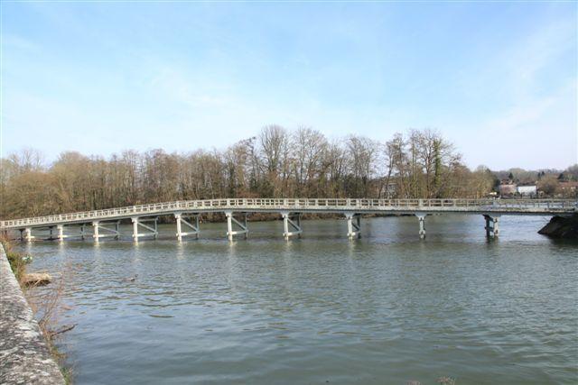 Le pont donnant accès à l'île du Berceau
