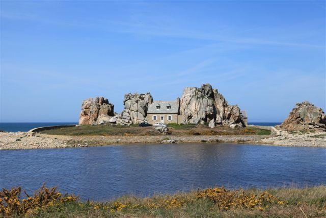 Castel Meur, la maison construite entre 2 rochers de granit (commune de Plougrescant)