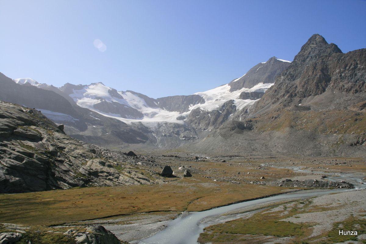 Le glacier des Evettes avec, de gauche à droite, la Petite Ciamarella (3 549 m) et l'Albaron (3 637 m)