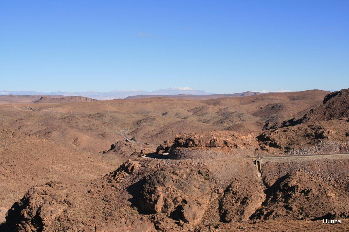 La route traverse l'Anti Atlas et, au fond, on aparçoit le M'Goum
