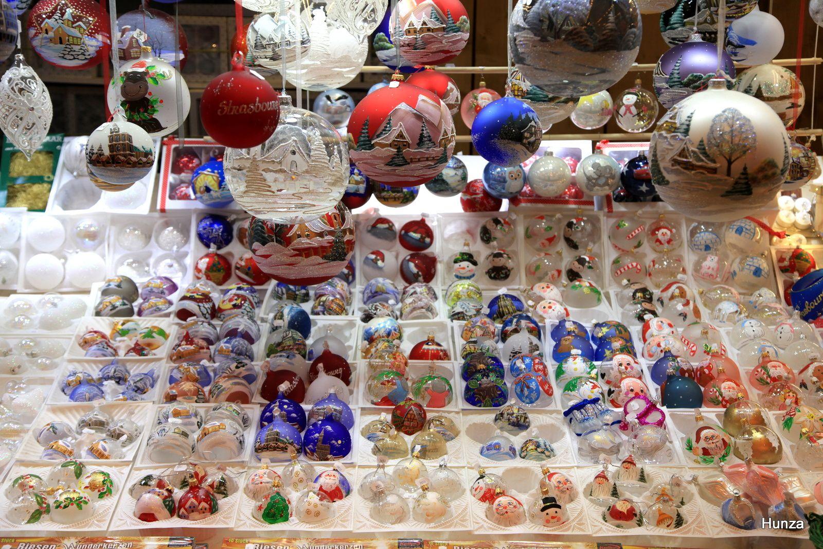 Marché de Noël : boules peintes sur la place 6 Montagnes Noires à Colmar