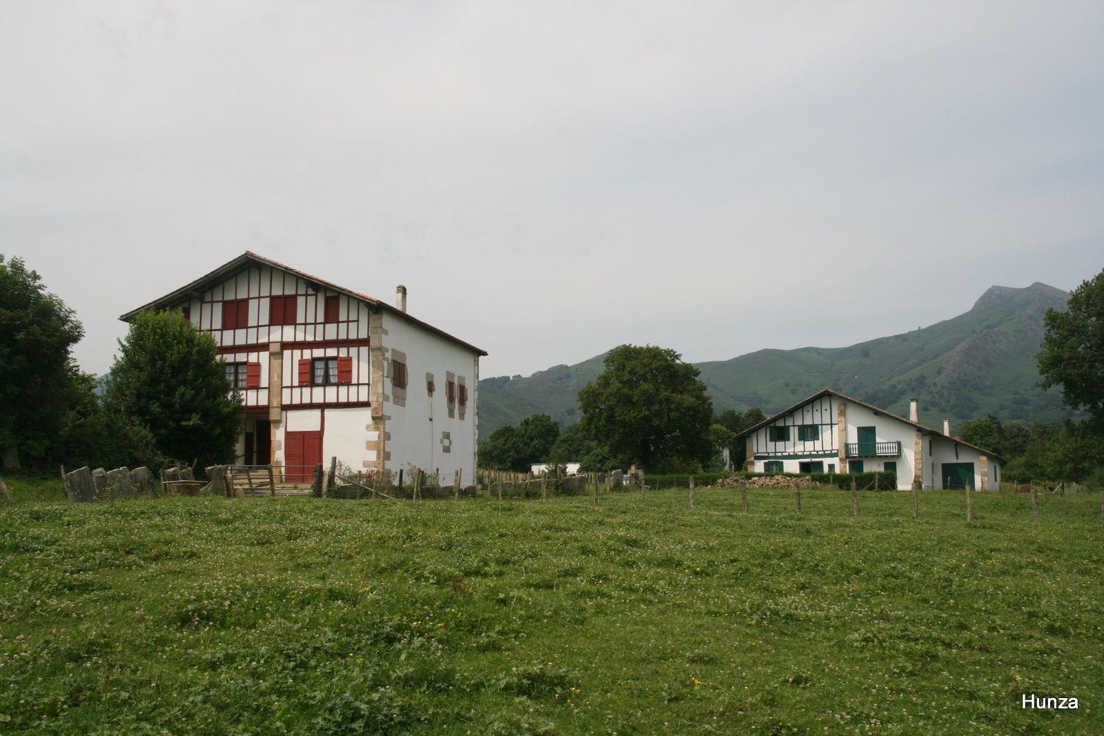 Maisons sur le chemin d'Héguimenar sur le GR10