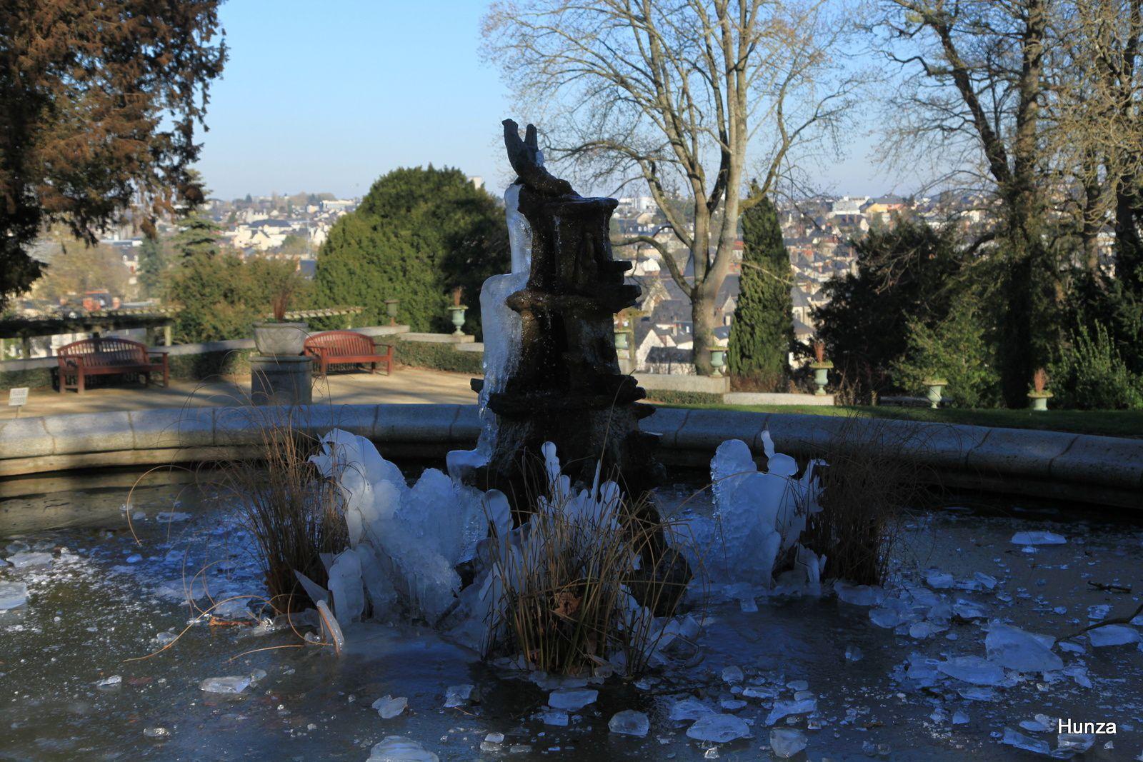 Fontaine gelée dans le jardin de la Perrine