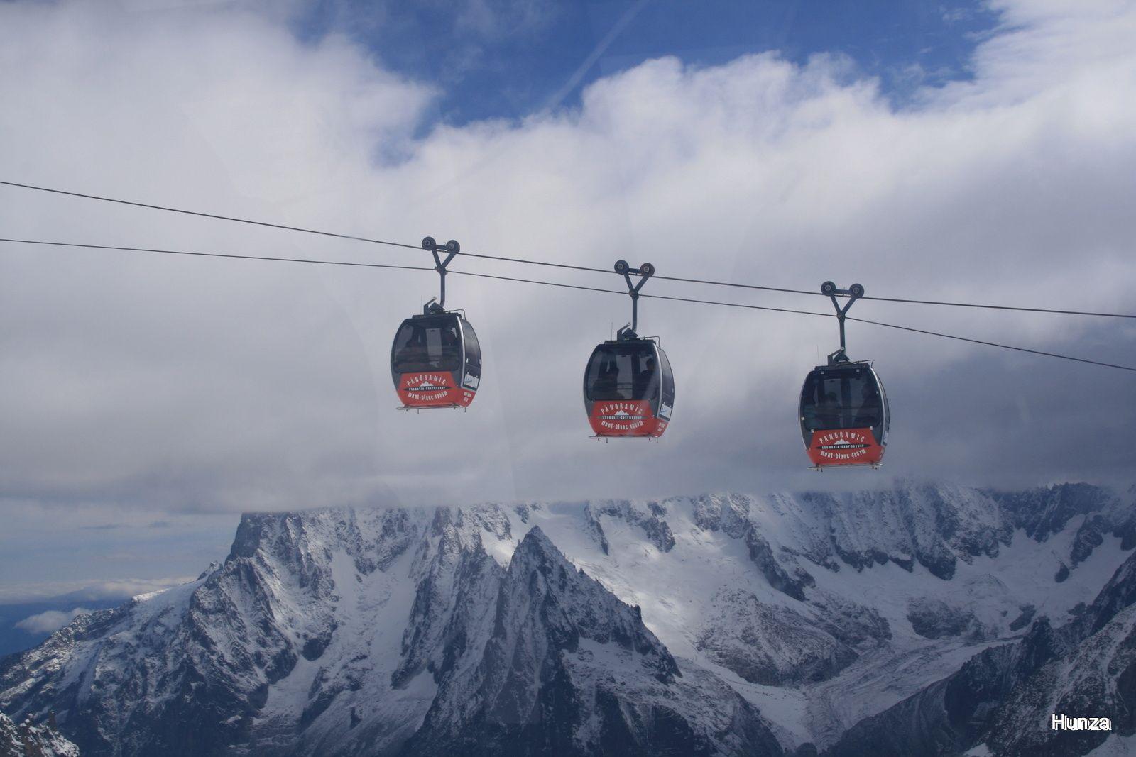 Les télécabines de la Vallée Blanche avec, en arrière plan, le glacier de Talèfre (à droite)