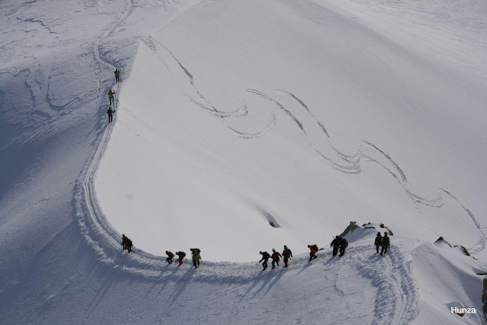 Une cordée sur l'arête du Midi en train de descendre dans la Vallée Blanche
