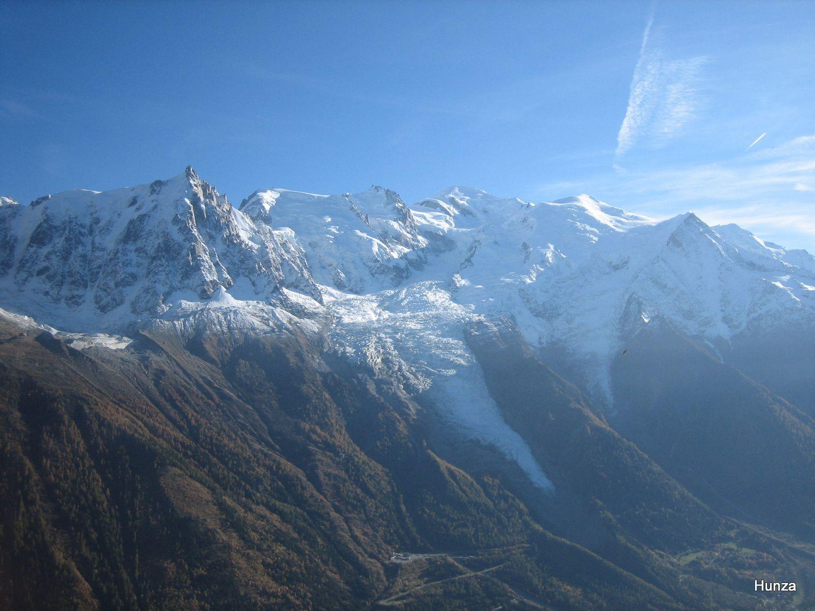 De gauche à droite, l'Aiguille du Midi, le Mont Blanc du Tacul, le Mont Maudit, le Mont Blanc, le Dôme et l'Aiguille du Gouter et au 1er plan, les glaciers des Bossons et du Taconnaz