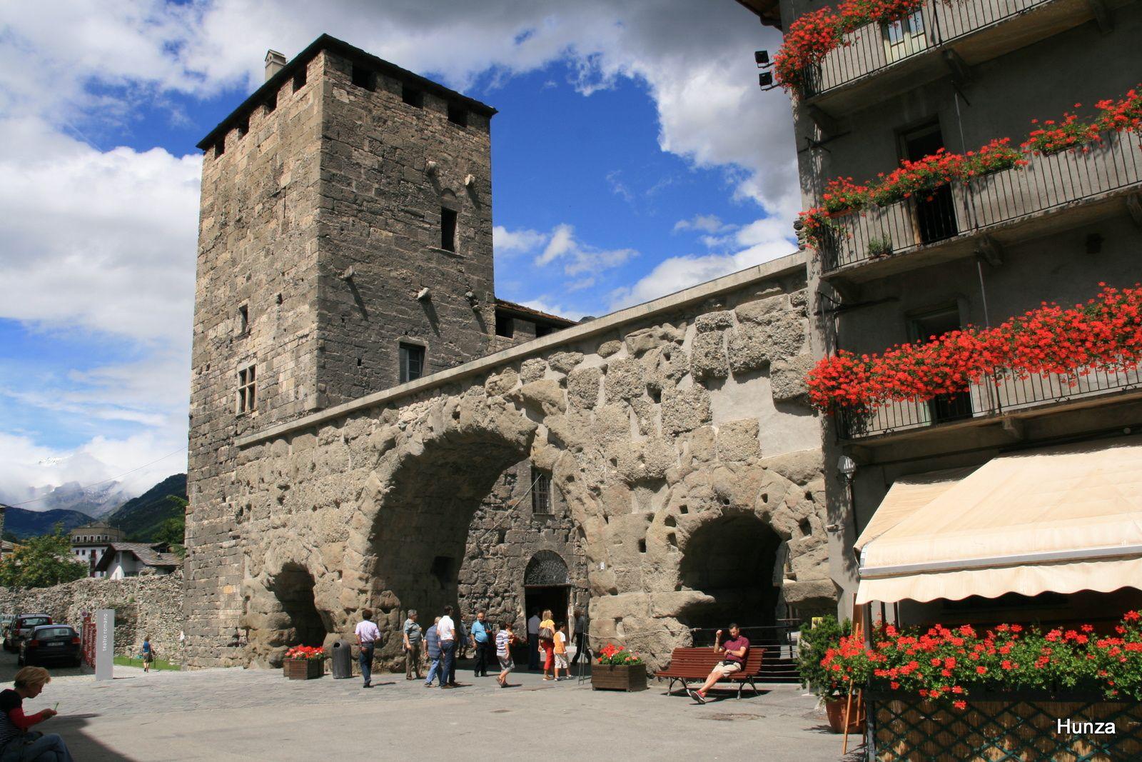 La porte prétorienne et la tour des Seigneurs Sancti Ursi