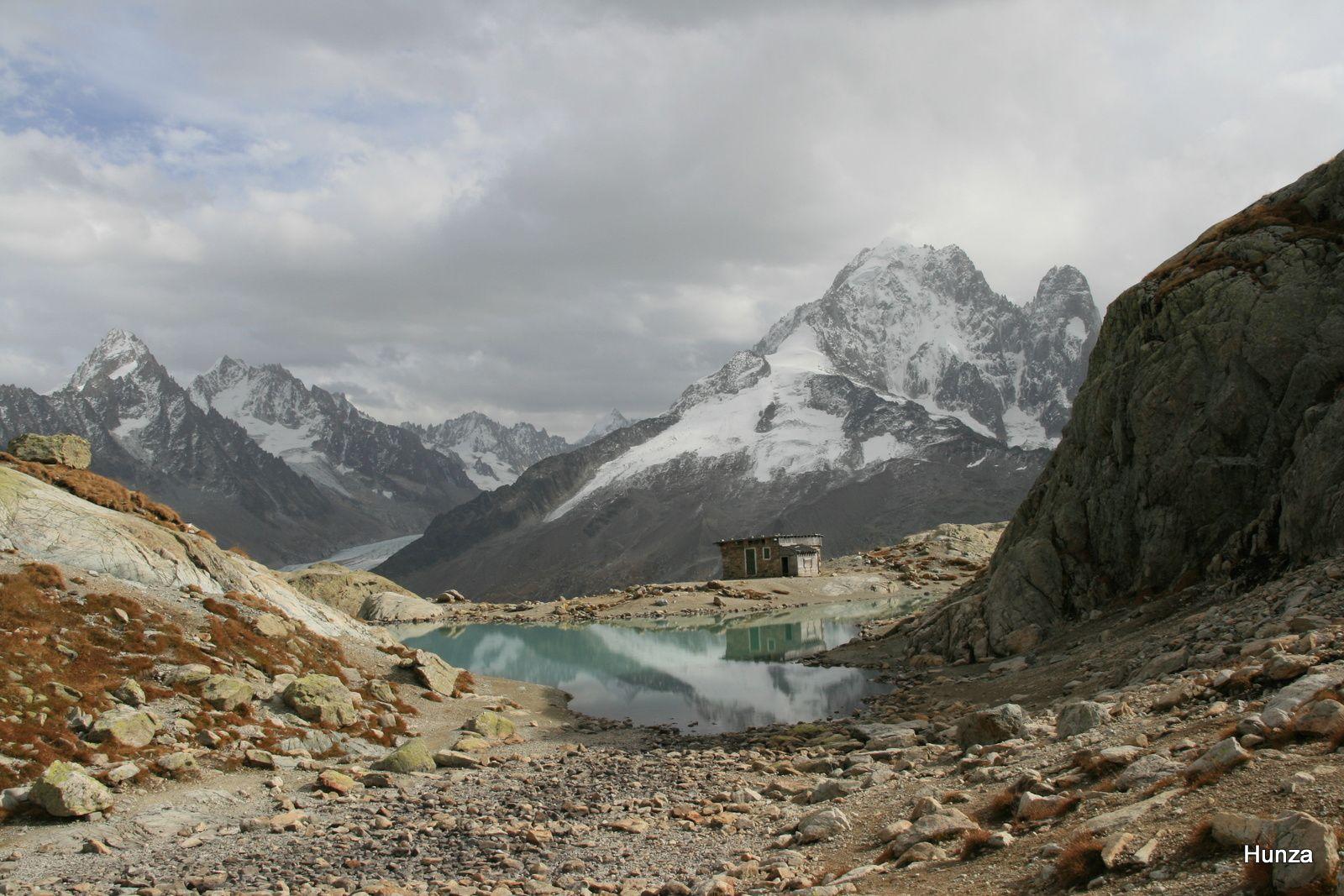 Le lac Blanc et, à droite, l'Aiguille Verte et les Drus