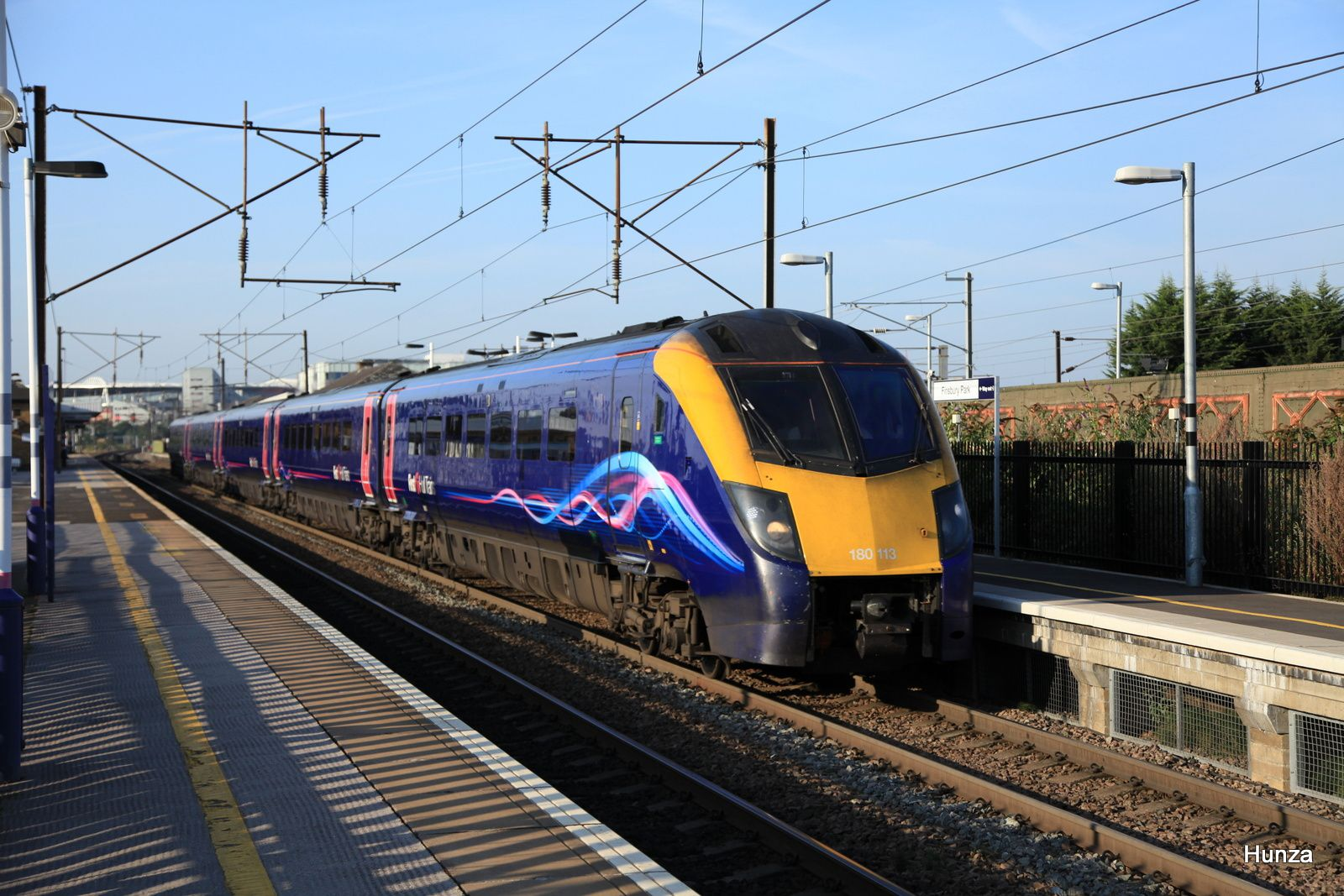 Class 180 de la First Hull Trains passant à Finnsbury Park (31 juillet 2014)