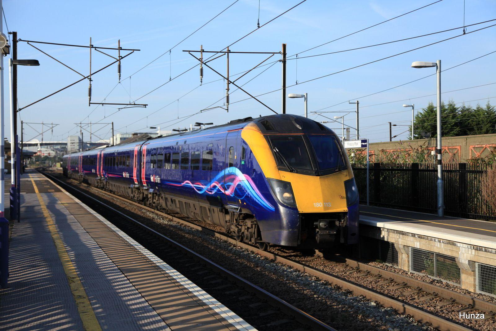 Class 180 de la First Hull Trainspassant à Finnsbury Park (31 juillet 2014)