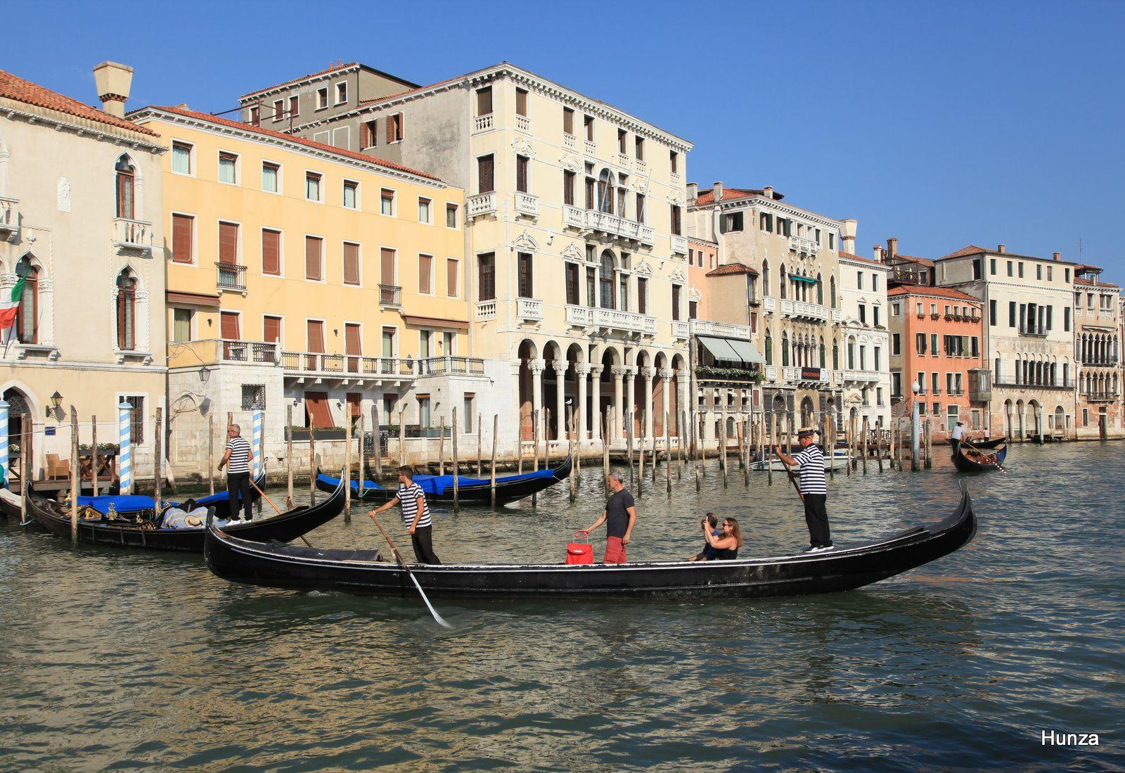 Un traghetto traverse le Grand Canal avec, en arrière-plan, le palais Michiel delle Colonne
