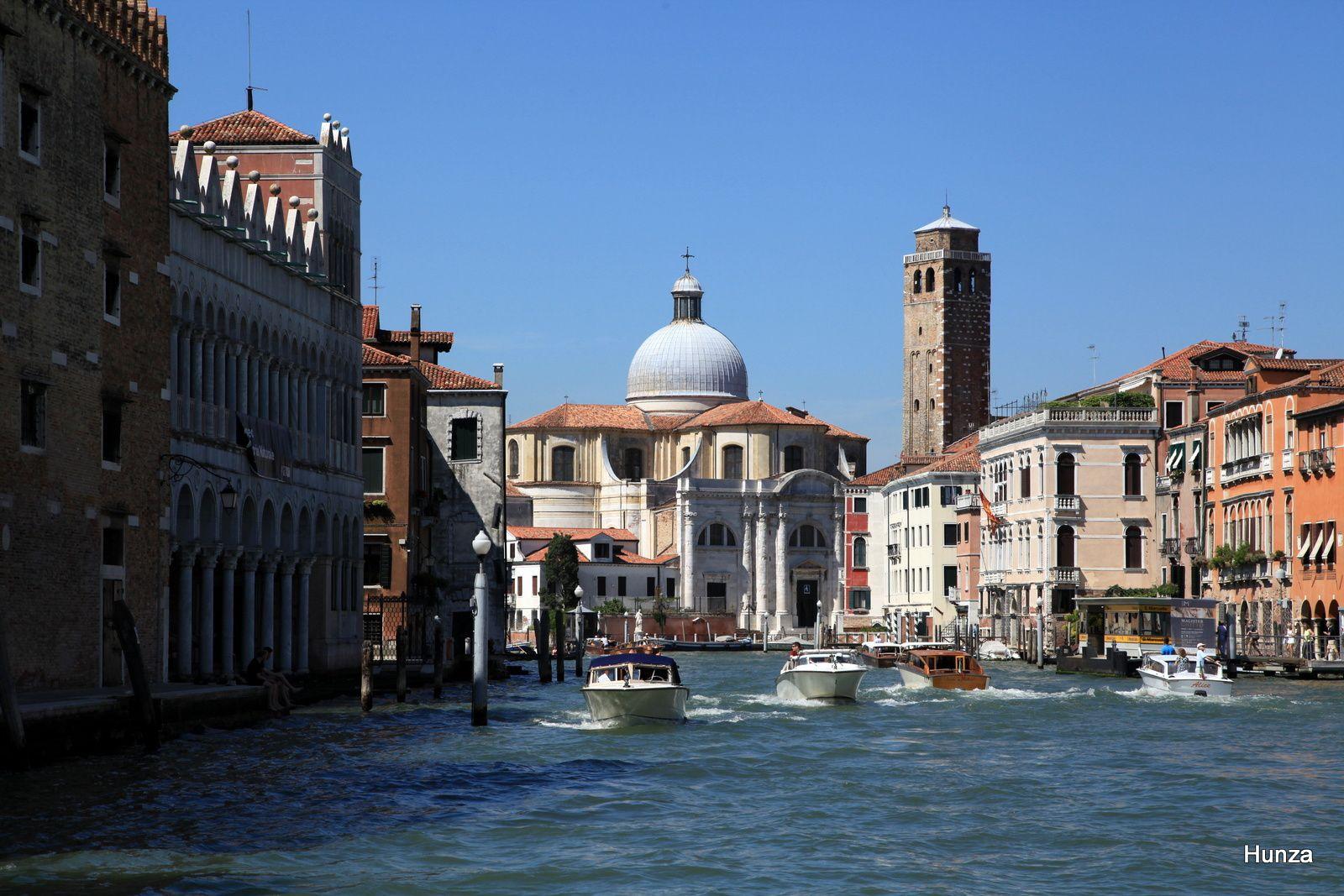 L'église San Geremia et, à droite, le palais Correr-Contarini (drapeaux)