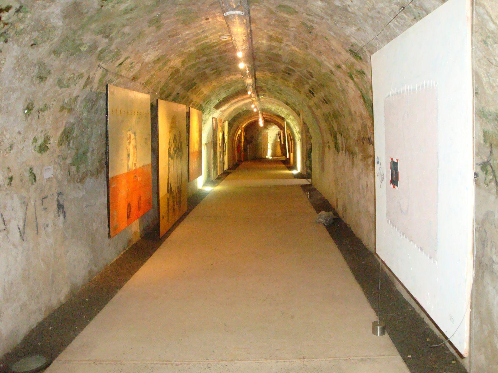 ( 2 ) Vue partielle d'un souterrain . ( 3 ) Taillées dans le calcaire, les grottes où se faisaient la cuisine t le pain. ( 4 ) L'une des prisons sousterainnes évoquées dans le texte ( 5 )