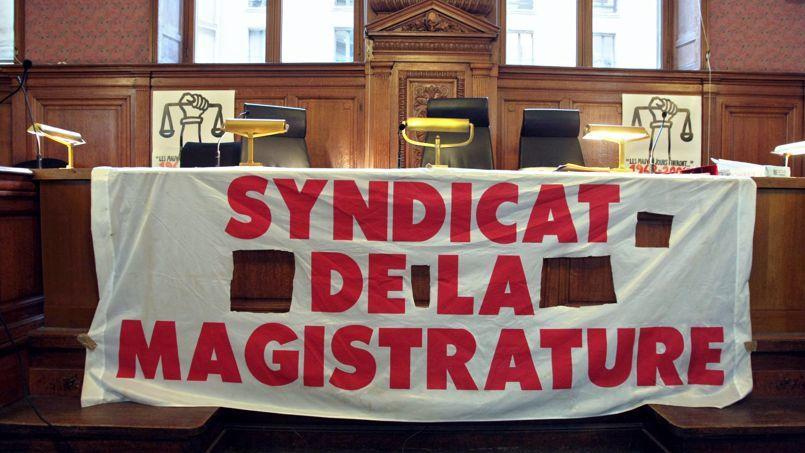 (Alain Juppé, homme honnête, et joyeux drille.  1 ) La troisième phot montre quelques spadassins socialistes prêts à fondre sur Sarkozy.