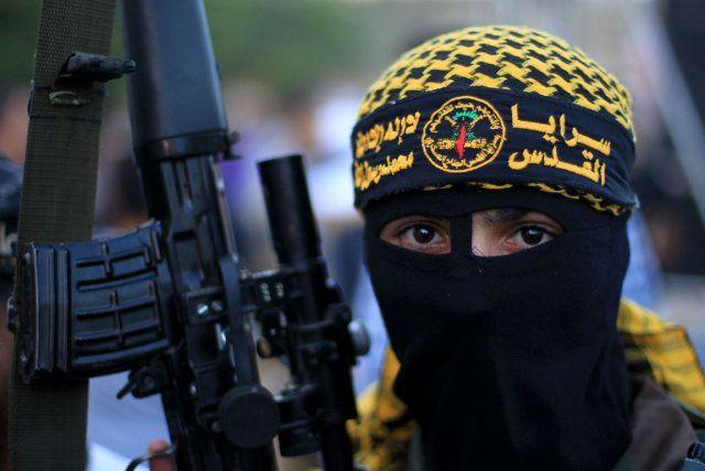 1 ) Militant Hamas du fann-kyou. 2) 2 et trois : sans paroles. 4 ) Caricature d'Anastasie, symbole traditionnel de la censure. On a fait de grands progrès en matière de censure depuis cette époque.