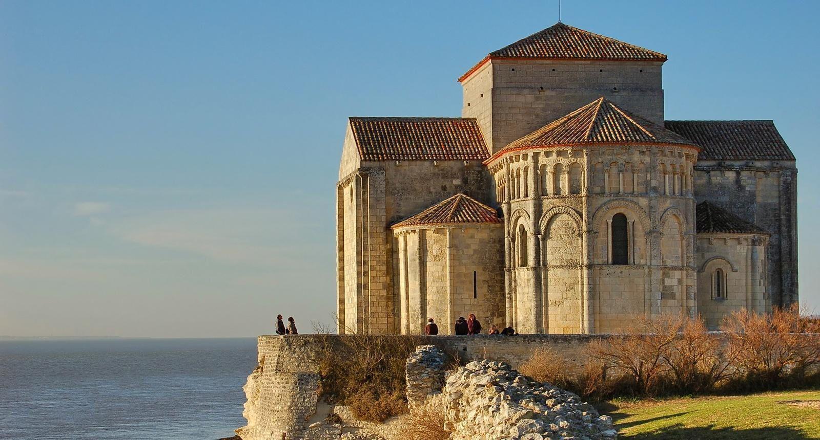 ( I ) La première photo montre l'église St-Pierre et St Paul, à Pointe-à-Pitre. ( II ) Eglise de Talmont St-Hilaire, en Aquitaine.
