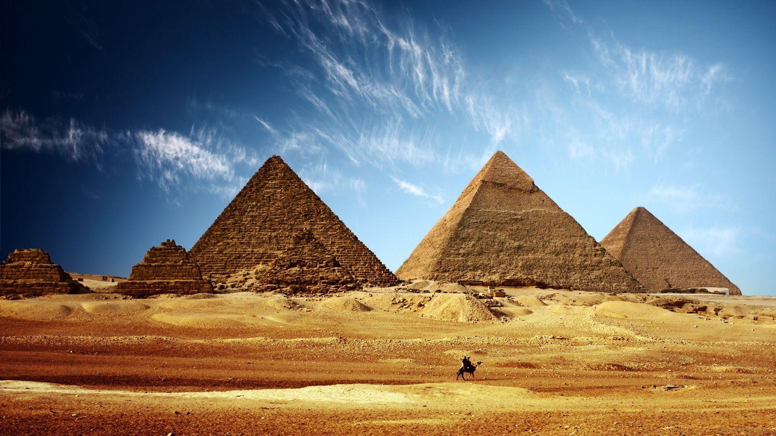 1 ) Sur la Place Vendome. 2 ) Le Taj Mahal, la perle Blanche de l'Inde. 3 ) Les Pyramides d'Egypte.