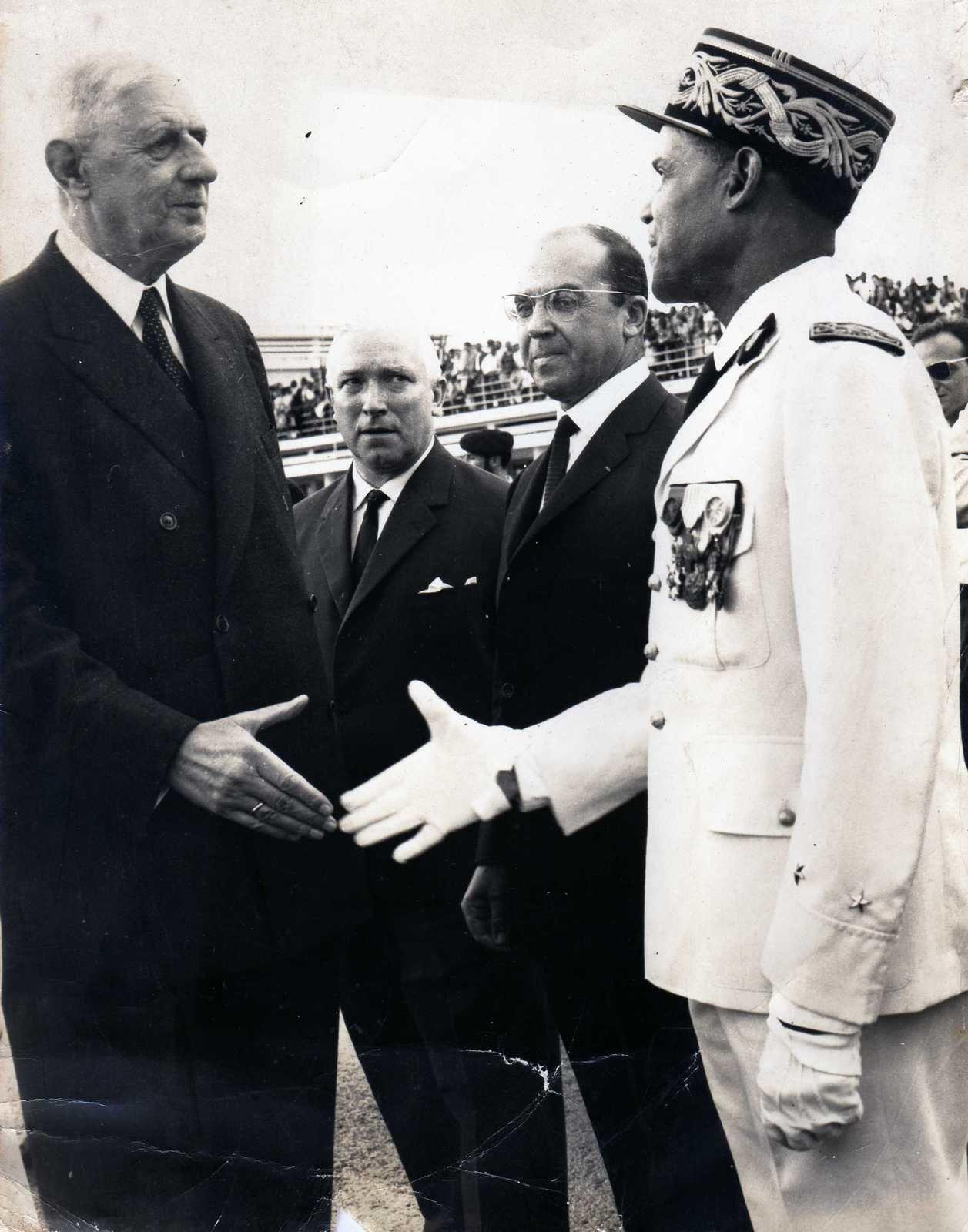 Le général de Gaulle, à Raizet en Guadeloupe, serrant la main du général Dardet.