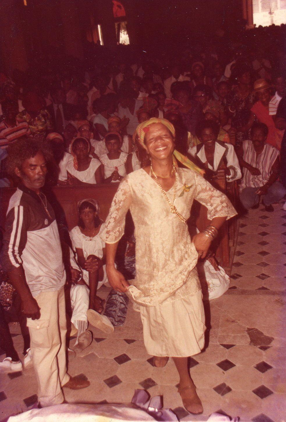 3 ) Un travesti dansant de le cerceuil du défunt, au bas des marches du choeur. 4 et 5 ) Deux caricatures du père C-C. Le journal Guadeloupe 2000 combatit aussi par la carictaure et l'humour. Plus soft cependant que celui d'un Charlie-Hebdo.