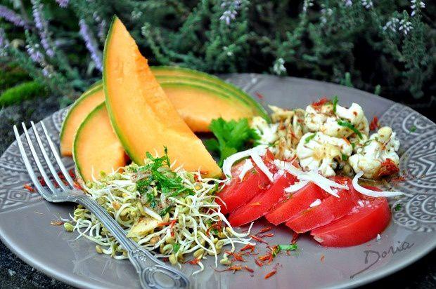 Salade au melon, sommités de chou-fleur et coeur de boeuf