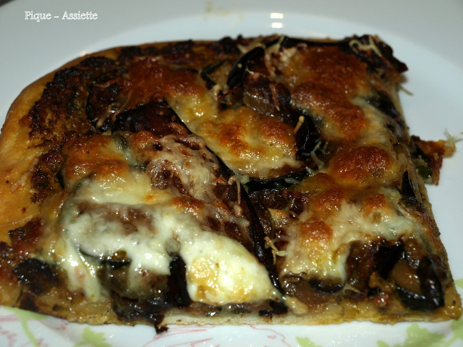 Pizza au pesto rosso, courgettes et aubergines.