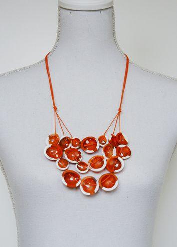 Bei diesen ebenfalls selbst erstellten Formen wurden die weißen scharfkantigen Ränder und Punkte mit dem GlassGel erzeugt. Die zweite Schicht ist CrystalGlass als Verlaufstechnik in orange, hellorange und umbra.