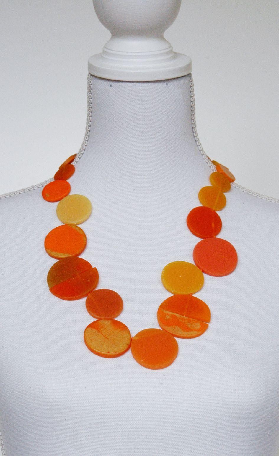 Kette aus unregelmäßig angeordneten Resin-Talern in verschiedenen Orange-Tönen. Teile der Kette kennt man schon aus dem Perlknoten-Eintrag von letzter Woche.