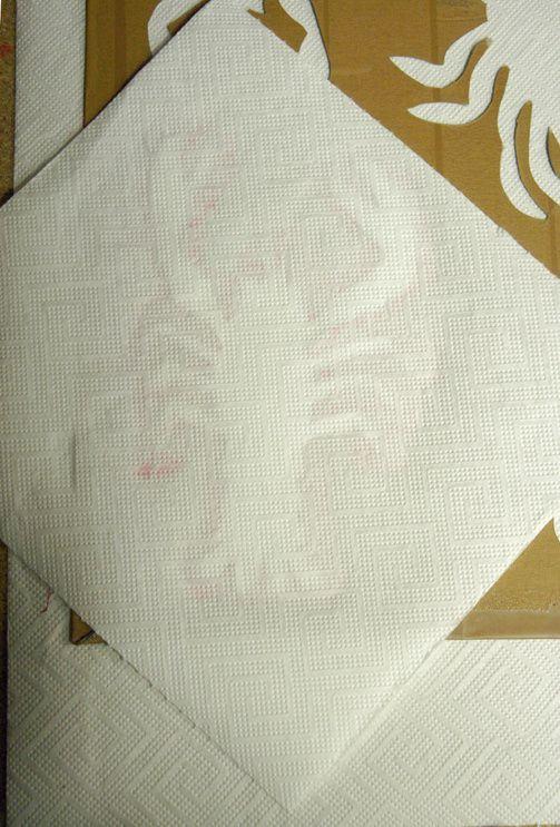 Farbüberschuss entfernen durch Abfrottieren mit Küchenkrepp.