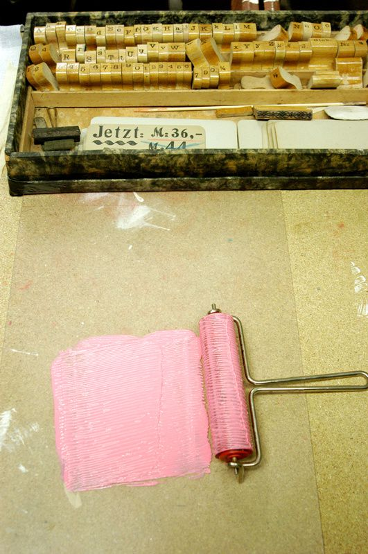 Vorbereiten: Farbe auswalzen. Und: mit einem Anlegelineal lässt sich die Zeile besser treffen.