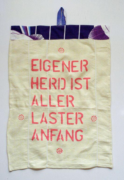"""""""Eigener Herd ist aller Laster Anfang"""", Schablonendruck, Leinen-Tischtuch mit Stickerei, Baumwoll-Vorhangstoff."""