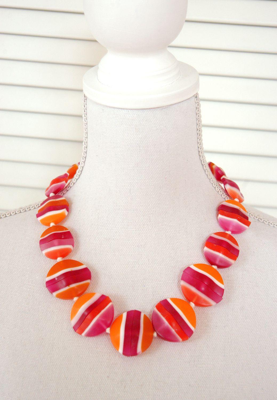Halsnahe Kette aus 30 Resinperlen in orange, pink und weiß, konfektioniert auf einer weißen Seidenkordel.