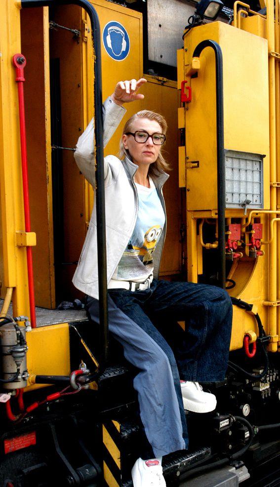 Jacke: H&M, Upcycling-Denims: Edna Mo, Schuhe Karl Lagerfeld, T-Shirt: Gürtel: Flohmarkt.