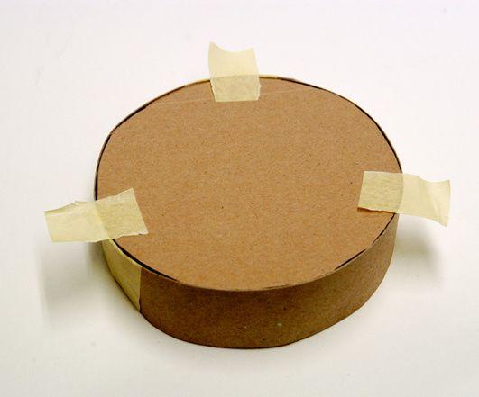Ein Kartonstreifen bildet den Rand für den runden Gießkasten.