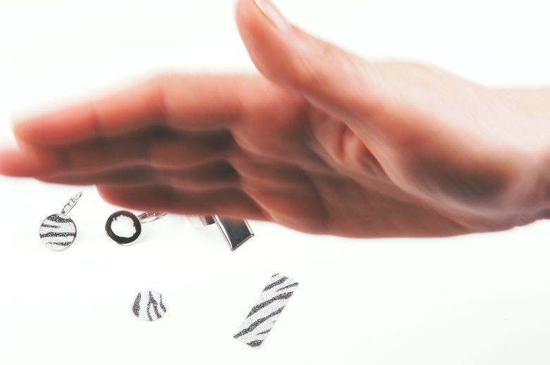 Die Hand der Künstlerin bei ihren täglichen Beschwörungsritualen