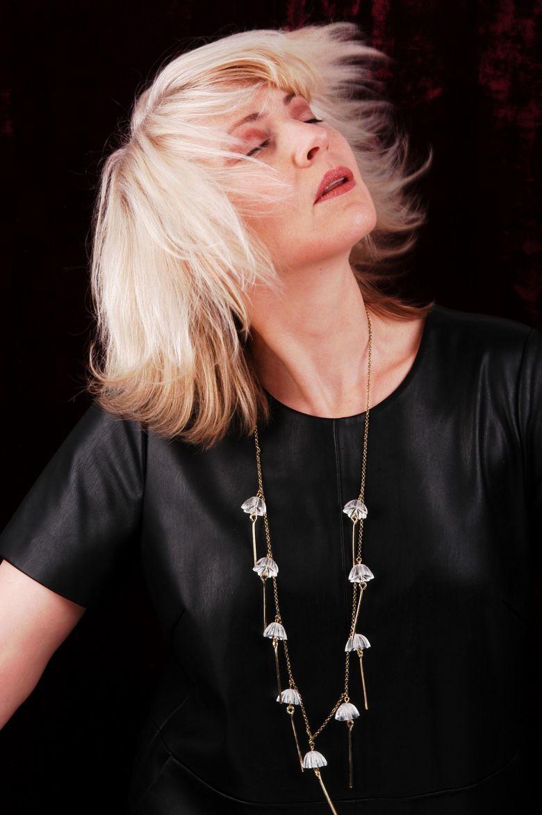 Lange Kette aus ge-upcycelten Modeschmuck-Einzelteilen und transparenten Kunstharz-Perlen