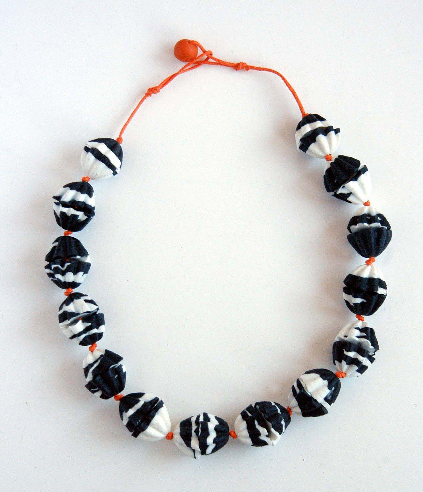Ein Unikat: Zebra-Collier aus Kaltporzellan.